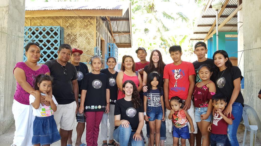 Voici l'équipe d'ABConservation aux Philippines avec les deux co-présidentes entourées des guides et de leurs familles à Langogan.