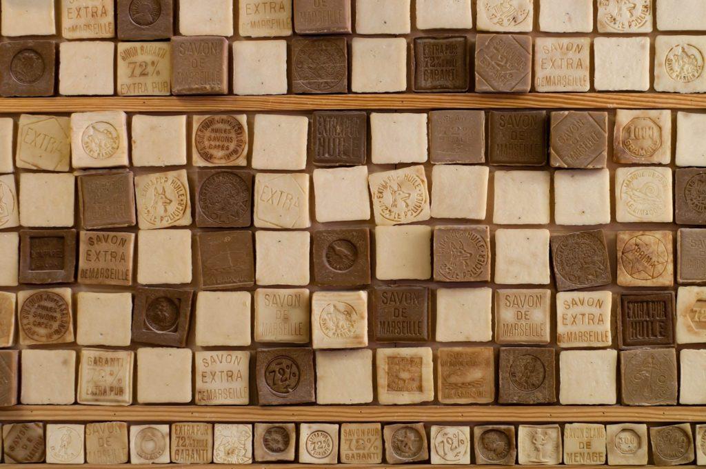 Photographie d'un alignement de savons